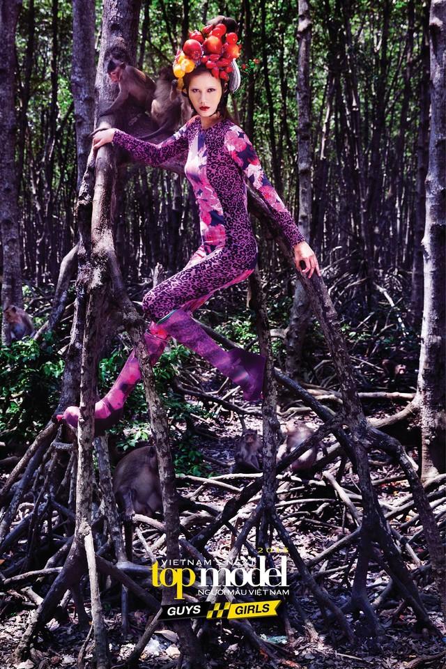 Hương Ly thể hiện được bản lĩnh và thuyết phục ban giám khảo trong thử thách chụp hình với khỉ khi khoe được vóc dáng cơ thể, ánh mắt có hồn, góc mặt đẹp và sự phối hợp ăn ý với những chú khỉ.