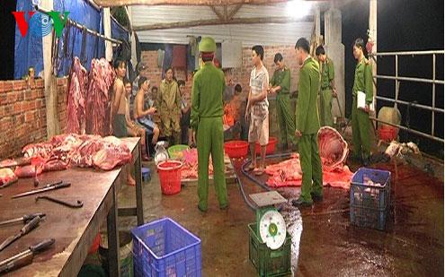 Thịt bò để ngổn ngang mất vệ sinh trên nền nhà. (Ảnh: VOV)