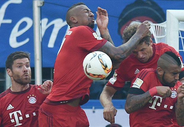 Boateng (thứ hai từ trái sang) lĩnh thẻ đỏ rời sân ở phút 73.