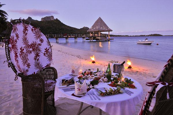 Hoàng hôn tím ngắt trên bãi biển. Đây là lúc những bữa tiệc và các hoạt động vui chơi được tổ chức.