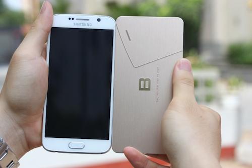 Chiếc thiệp có kích thước tương đương với một chiếc smartphone