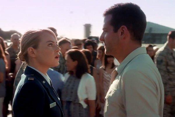 Bradley Cooper và Emma Stone trong một cảnh quay.