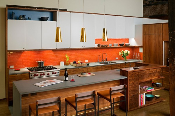Không gian phòng bếp rộng rãi với sự kết hợp của ba gam màu: màu gỗ trầm ấm, màu trắng tinh khiết và màu da cam rực rỡ