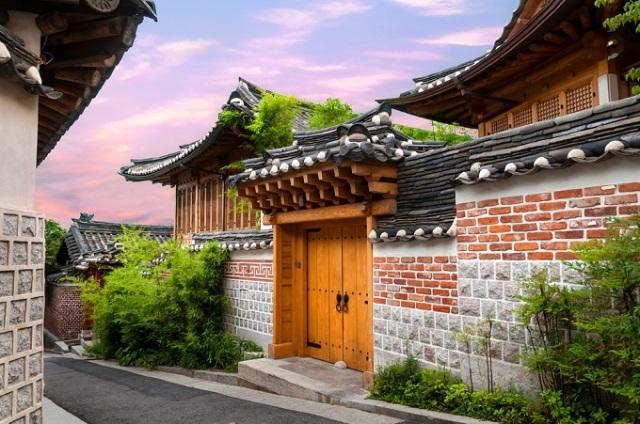 Bukchon Hanok được xem là ngôi làng cổ đẹp nhất Seoul. (Ảnh: Skyscanner)