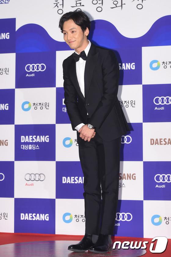 Ngôi sao trẻ Byun Yo Han diện bộ vest đen nam tính.