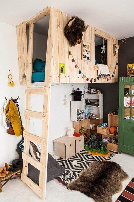 Chiếc giường tầng được làm theo phong cách nhà cây và được trang trí bằng những món đồ lưu niệm xinh xắn