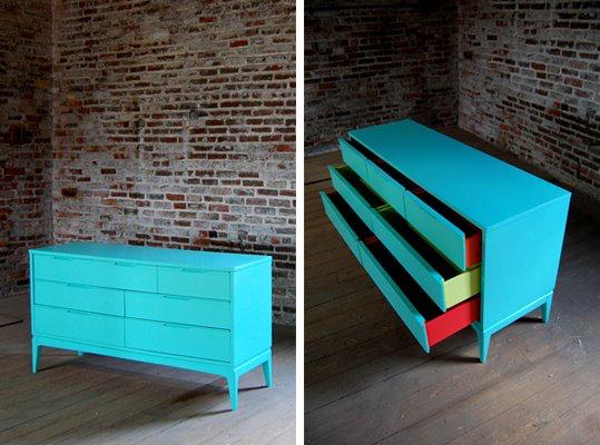 Nếu cảm thấy việc sơn theo những họa tiết cầu kỳ là quá khó khăn, bạn có thể sơn chiếc tủ đơn sắc với những ngăn kéo tràn ngập màu sắc như ý tưởng này.
