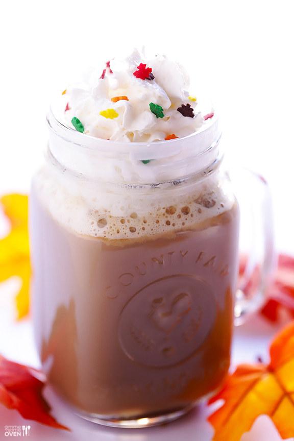 Món Latte thơm ngon làm từ cà phê, kem tươi và kẹo ngọt.
