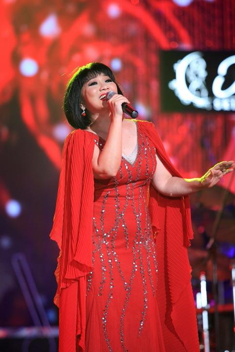 Ca sĩ Cẩm Vân thể hiện ca khúc Bài ca không quên trong Liveshow Sol vàng tháng 9/2014 (Ảnh: VTC News)