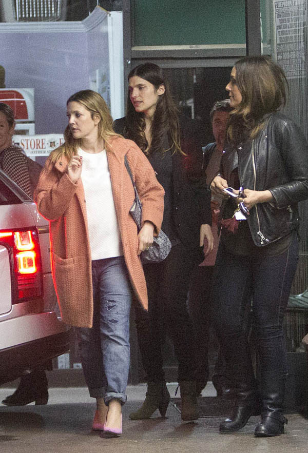 Drew Barrymore cũng theo đuổi xu hướng thời trang năm nay với áo khoác cỡ lớn cùng quần jeans rách xắn gấu.