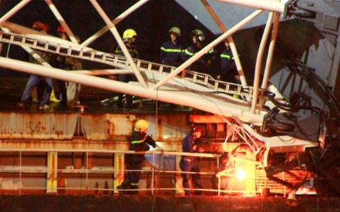 Lính cứu hộ đã dùng máy hàn gió đá để cắt sắt đưa các nạn nhân mắc kẹt ra bên ngoài.