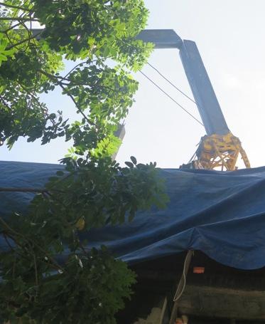 Chiếc cần cẩu đang hoạt động thì bị gãy đôi, khiến nhiều vật tư đang được cẩu bị rơi xuống phía dưới. (Ảnh: Dân trí)