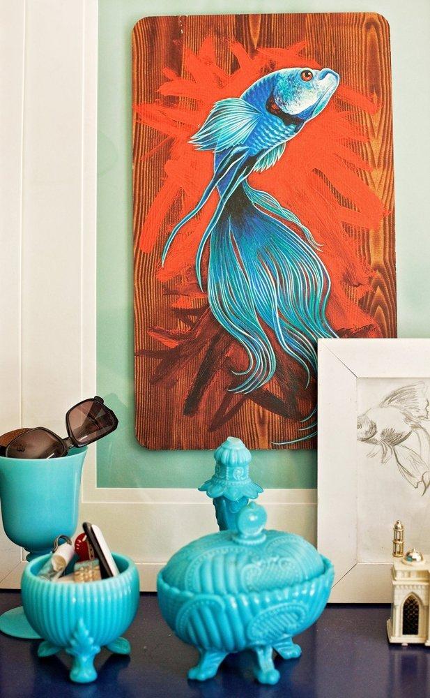 Bức tranh vẽ hình cá hút mắt ở một góc trên tường.