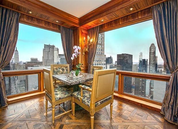 Một góc của căn hộ được thiết kế với bàn uống trà, ngắm toàn cảnh thành phố New York.