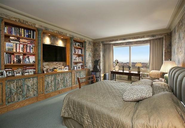 Phòng ngủ đơn giản với TV và kệ sách.