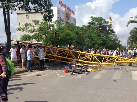 Chiếc cần cẩu đổ khiến 1 người thiệt mạng và chắn ngang đường Lê Hồng Phong. (Ảnh: dantri.com.vn)