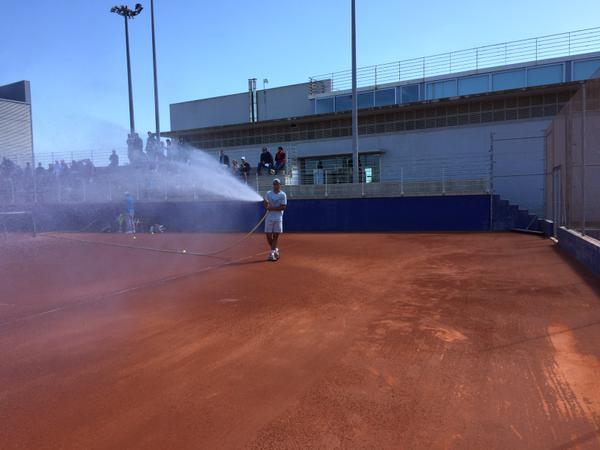 Nadal đăng tải hình ảnh tưới nước trên sân tập trước khi tới Monte Carlo.