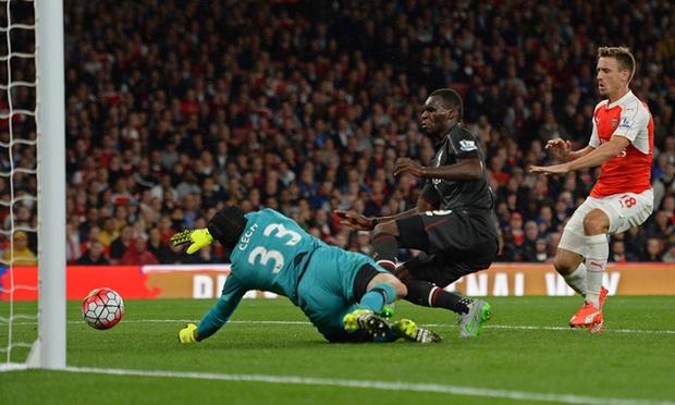 Cech tỏa sáng trong màu áo Arsenal với liên tiếp các pha cứu thua xuất sắc.