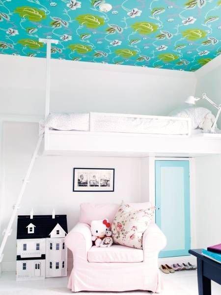 Việc đặt chiếc giường trên cao là giải pháp hoàn hảo dành cho những căn hộ có diện tích nhỏ