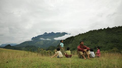Những đứa trẻ ở vùng núi nghèo luôn mơ về những ngôi nhà cao tầng