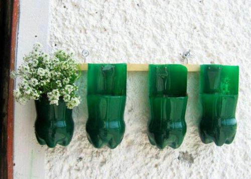 Để làm tăng không gian xanh cho ngôi nhà, chậu cây còn có thể thành những giỏ hoa.