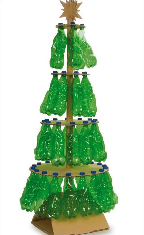 Hoặc với những vỏ chai nguyên vẹn, bạn có thể làm thành một cây thông Noel.
