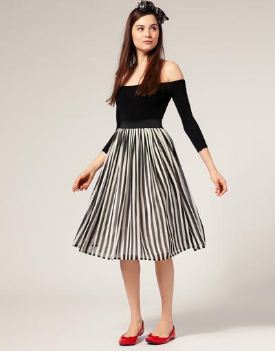 Chân váy midi kẻ sọc giúp dáng người bạn tạo cảm giác cao hơn.