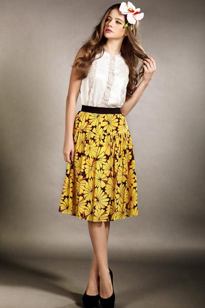 Tôn nét đẹp nữ tính với chân váy midi hoa.