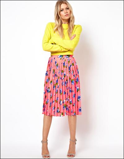 Bạn có thể kết hợp chân váy với áo tạo nên phong cách color-block.
