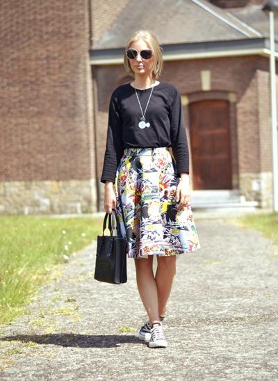 Chân váy mang hình hoạt họa hay họa tiết ấn tượng kết hợp với giầy thể thao tạo phong cách pop-art.
