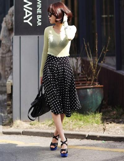 Đơn giản và cổ điển với chân váy midi chấm bi.