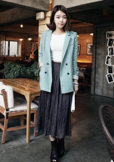 Phá cách khi kết hợp chân váy midi với áo blazer.