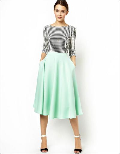 Váy midi kết hợp với áo thun kẻ ngang.