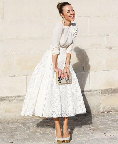 Điệu đà với tông màu trắng cùng chân váy midi.