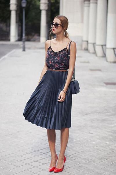 Chân váy midi xếp ly kết hợp với áo hoa.
