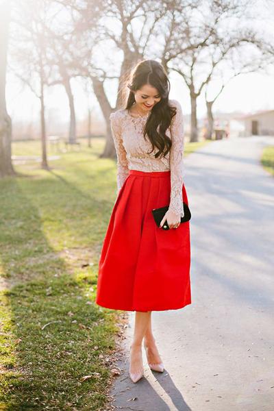 Nổi bật với chân váy màu rực rỡ.