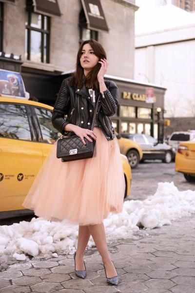 Chân váy bồng bềnh kết hợp cùng áo da.