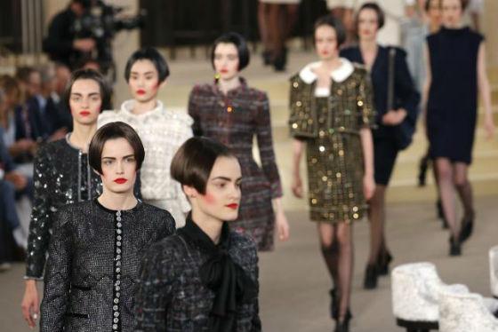 Những người mẫu trình diễn trong show thời trang đặc biệt của Chanel.