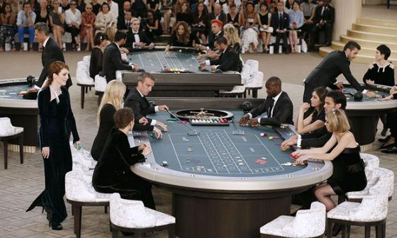 Những khách mời tham gia vào sòng bạc.