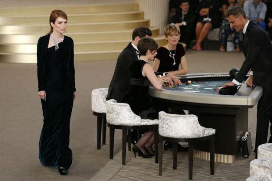 Julianne Moore là một trong những vị khách mời không thể thiếu của NTK Karl Lagerfeld.
