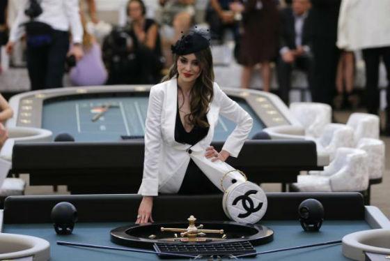 Sản phẩm mang thương hiệu Chanel của khách mời xuất hiện trong sòng bạc.