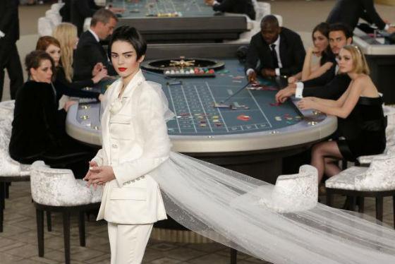 Siêu mẫu Kendall Jenner là một trong những người mẫu trình diễn ở sòng bạc.