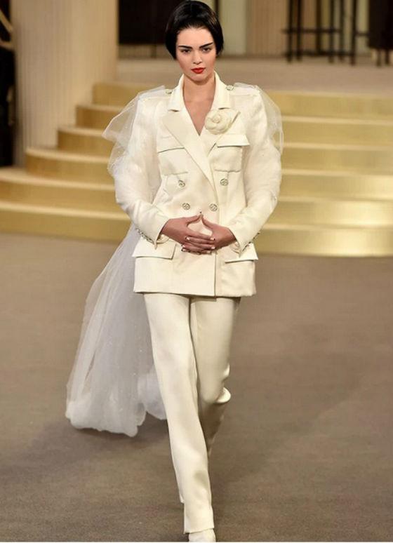 Cô diện bộ vest với lớp voan mềm mại.