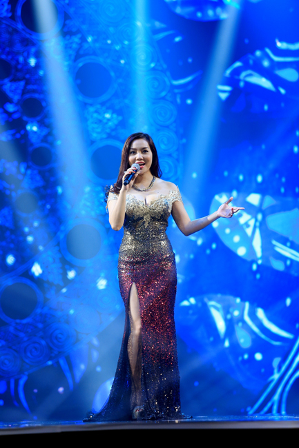 Nguyễn Ngọc Anh lộng lẫy trong chiếc váy kim tuyến màu huyết dụ và vàng đồng.