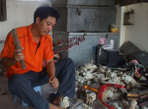 Nghệ sĩ Phan Thanh Liêm tự chế tạo con rối