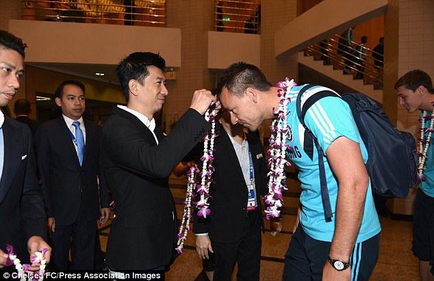 Thủ quân Terry được trao vòng hoa chào mừng khi trở lại Thái Lan.