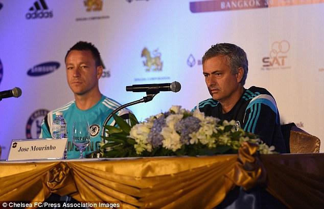 HLV Mourinho và thủ quân Terry trong buổi họp báo trước trận đấu với ĐT Các ngôi sao Thái Lan.