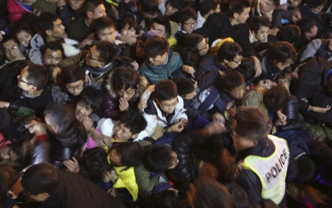 Hàng ngàn người chen chúc nhau trong lễ đón năm mới 2015 tại Thượng Hải