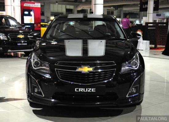 Chevrolet Cruze Sport Edition sở hữu hệ thống đèn pha và đèn hậu nâng cấp với 2 đường vạch trắng cỡ lớn trên nắp ca-pô