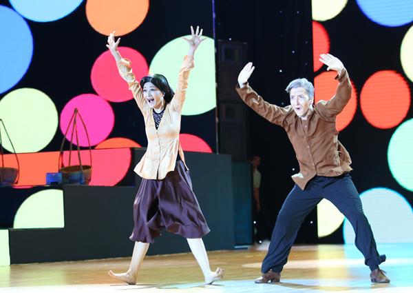 Bà già Chi Pu nhí nhố bên bạn diễn Georgi trong tiết mục ở Liveshow 2. Phần trình diễn ấn tượng của cả hai đã nhận được cơn mưa lời khen của BGK